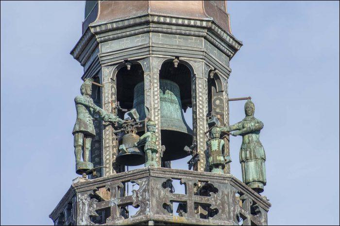 Langue française : L'automate représentant un personnage sculpté en métal ou en bois qui fait tinter les cloches de certaines horloges monumentales est un ...