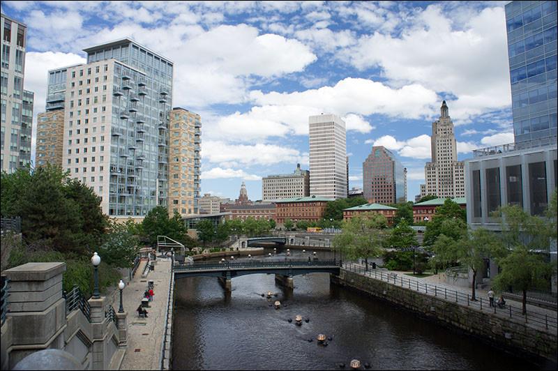 Géographie : Quel état des Etats-Unis ayant pour capitale Providence est le plus petit état des Etats-Unis ?
