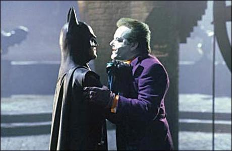 Alors qu'il s'appreter à s'enfuire en hélicoptère, le Joker se retrouve accroché à :