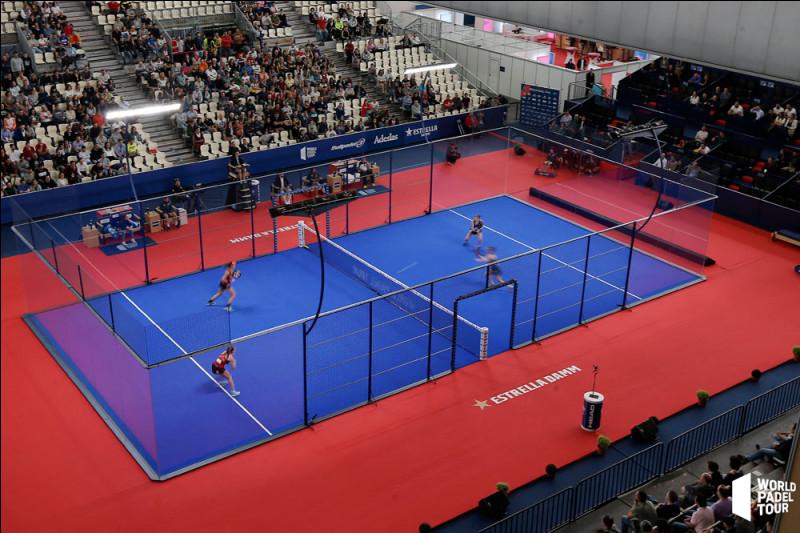 Ce sport de raquette, combinant des éléments du tennis, du squash et du badminton, se joue uniquement en double sur un demi-court de tennis.