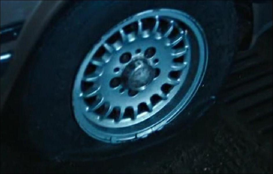 Il tente alors de prendre sa voiture pour la poursuivre, mais quelqu'un lui a crevé les pneus. Qui ?