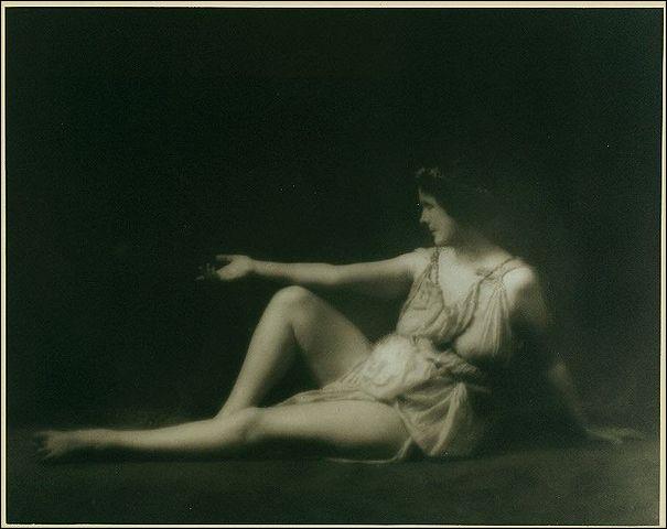 1927, Isadora Duncan, danseuse, à Nice > La très célèbre artiste décède dans une automobile de sport décapotable . Mais comment ?