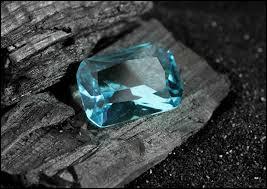 Quel est le nom de cette pierre fine transparente et de couleur bleu clair ?