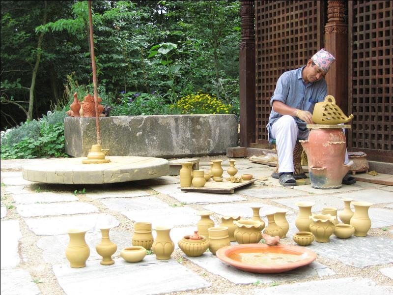À partir de quelle terre grasse fabrique-t-on des poteries ?