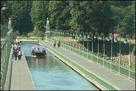 Quels cours d'eau sont reliés par le canal de Briare ?