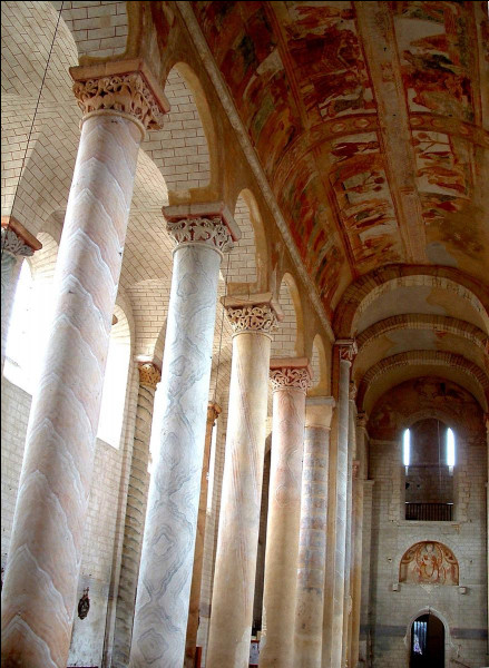 Dans quel département pourrez-vous voir l'église romane de Saint-Savin et ses fresques ?