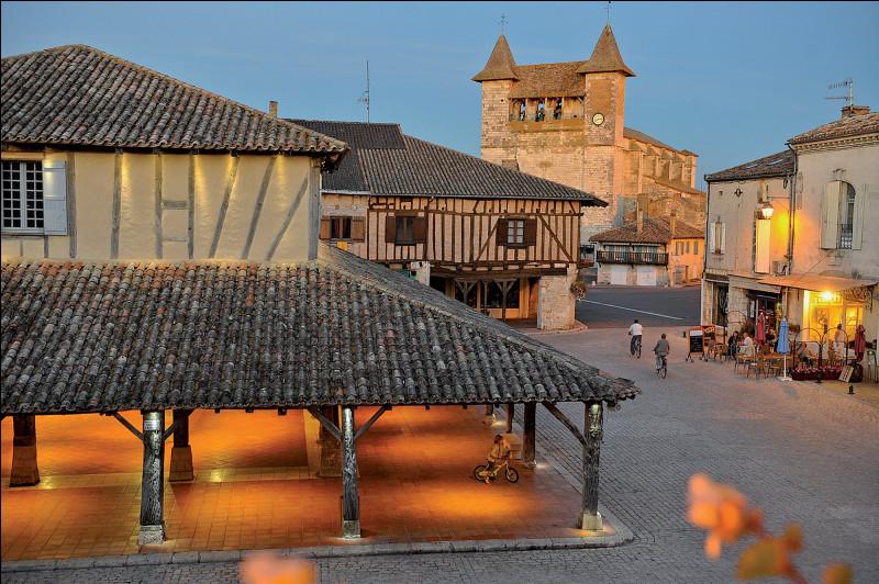 Dans quel département verrez-vous le village de Villeréal avec sa halle du XIVe siècle ?