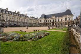 Elle se situe au nord-ouest de la France, en Haute-Bretagne. Son altitude est comprise entre 20 et 74 mètres. Elle est aussi classée troisième ville cyclable de France. De quelle ville je parle ?