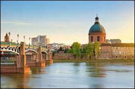 """C'est une commune du sud-ouest de la France. Elle est surnommée la """"ville rose"""" en raison de la couleur du matériau de construction traditionnel local, la brique de terre cuite. Son sport emblématique est le Rugby à XV. Devinerez-vous de quelle ville je parle ?"""