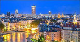 C'est la deuxième ville la plus étudiante de France après Toulouse. Elle possède de nombreux monuments historiques comme la basilique Notre-Dame de Fourvière, Aqueduc du Gier, et beaucoup d'autres encore. Voyez-vous de quelle ville je parle ?