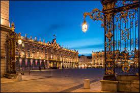 Elle se situe au nord-est de la France. Elle est une des villes les plus universitaires de France. Elle se situe à la cinquième place des villes les plus financières de France. Il s'agit bien de...