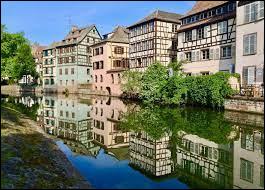 C'est la capitale de la région Alsace-Champagne-Ardenne-Lorraine au nord-est de la France. Elle est située près de la frontière avec l'Allemagne. De quelle ville française s'agit-il ?