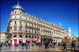 C'est une ville du sud de la France à environ 10 km de la mer Méditerranée. Cette ville est aussi traversée par cinq cours d'eau. De quelle ville s'agit-il ?
