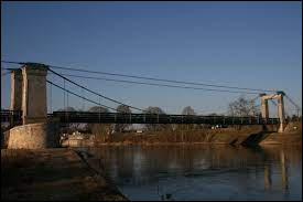 Vous avez sur cette image le pont suspendu de Châtillon-sur-Loire. Ville du Centre-Val-de-Loire, dans l'arrondissement de Montargis, elle se situe dans le département ...