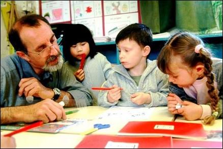 """Le documentaire """"Être et avoir"""" sera un énorme succès public en 2002. Il montre la relation éducative entre les enfants et leur instituteur. Qui en est l'auteur ?"""