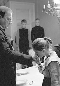 Ce film raconte, en 1913, l'éducation rigoriste d'un pasteur, infligeant aux enfants des punitions corporelles et des sévices. Il contraint les aînés à porter un ruban blanc, symbole de pureté et d'innocence. Qui est le réalisateur de ce film tragique, Palme d'or à Cannes en 2009 ?