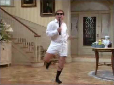 La meilleure scène de toute la série, c'est Niles, le majordome, en fixe-chaussettes, caleçon et chemise blanche en train d'imiter la scène culte de ?