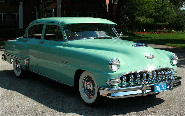 Je ne m'y connais pas assez en automobile américaine pour pouvoir différencier les différents modèles produits après la Seconde Guerre mondiale. Comment s'appelle ce modèle ?