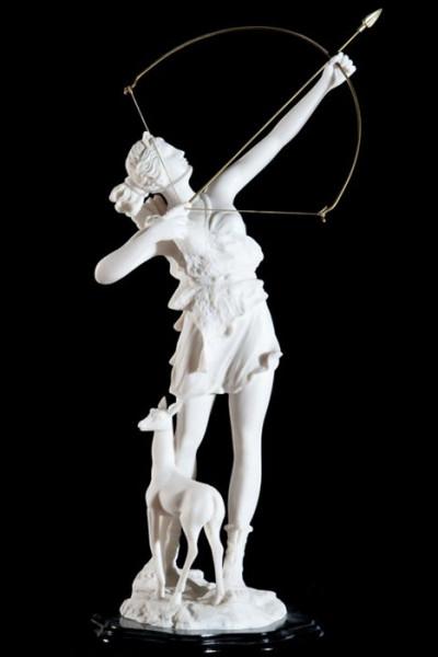 Les satyres sont des enfants d'Hermès également ; à quelles créatures féminines sont-ils principalement associés ?