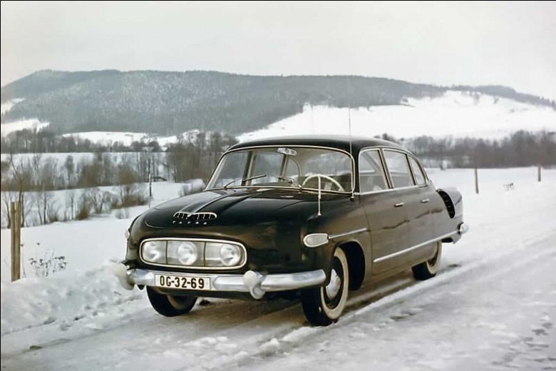 Dans les voitures au style atypique, je pense que cette voiture tchécoslovaque peut y figurer. Je vous prie de ne pas confondre le constructeur de cette automobile avec une marque automobile française. Pouvez-vous me nommer ce modèle ?
