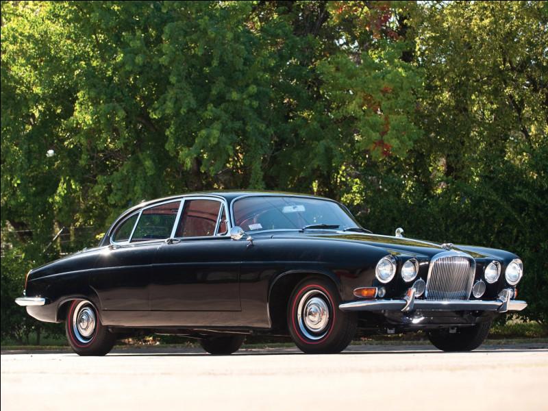 Quand les constructeurs automobiles britanniques sont évoqués, le luxe ou la sportivité ressortent souvent pour les décrire. Ce n'est pas faux puisque l'histoire de l'automobile britannique s'est construit sur ces deux aspects. La limousine en illustration représente le luxe à la britannique. Pouvez-vous me la nommer ?