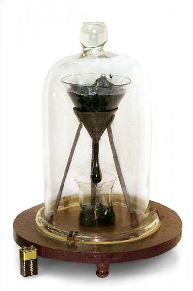Physique > À MM. Mainstone et Parnell, (Université de Queensland, Australie), pour avoir observé s'égoutter du goudron solidifié dans un entonnoir, au rythme d'environ ...