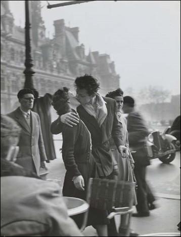 """Je suis Henri Cartier Bresson, ma plus célèbre photo est """"Le Baiser de l'Hôtel de ville"""" :"""
