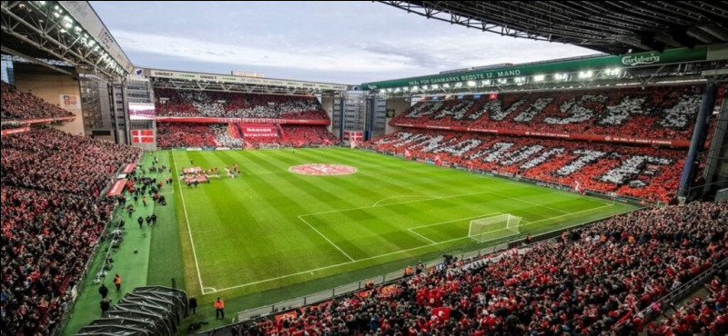Que se passa-t-il lors du match opposant le Danemark à la Finlande en phase de groupe ?