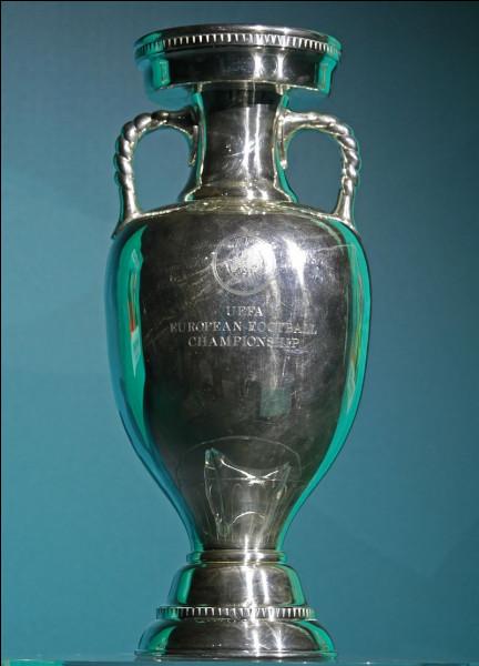 Quelle équipe participait au premier championnat européen de son histoire ?