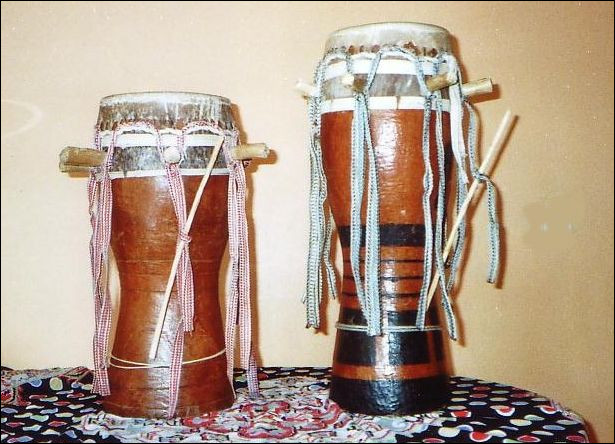 Instrument de musique à percussion sénégalais en bois, dont la membrane est en peau de chèvre :