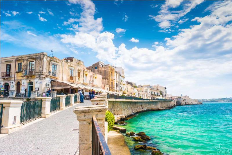 Dans quel pays peut-on visiter l'île d'Ortygie ?
