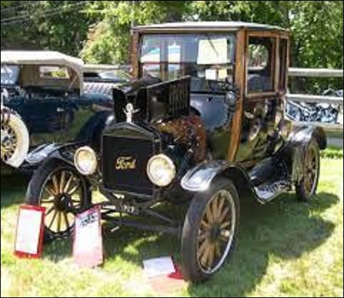 12 août 1908 : Quel modèle de voiture est la première à sortir des chaînes de fabrication des usines de détroit, faisant ainsi gagner Henry Ford qui avait fait le pari de ''construire une automobile destinée à la grande masse'', en ne coûtant que 850 dollars ?