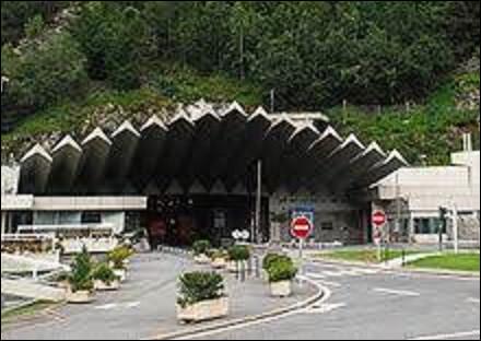 14 août 1962 : Voit la jonction des équipes de forage françaises et italiennes du tunnel du Mont-Blanc. Quelle est la longueur de ce tunnel ?