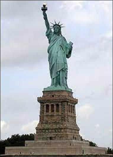 5 août 1884 : Pose de la première pierre de la statue de la Liberté, à l'entrée du port de New York. Combien de mètres de haut fait cette dernière, socle compris ?