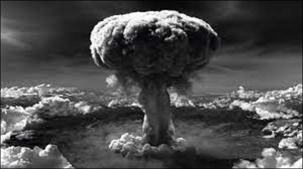 6 août 1945 : Paul Tibbets, pilote de l'Enola Gay, lâche la bombe à uranium, Little Boy, sur Hiroshima, sur ordre du président américain Harry Truman. À quelle hauteur au-dessus de la ville explose-t-elle, entrainant un immense éclair blanc ?
