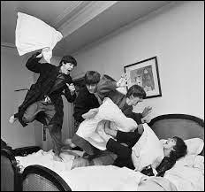 """Qui est l'auteur de cette célèbre photographie intitulée """"The Pillow Fight"""", représentant le groupe The Beatles ?"""