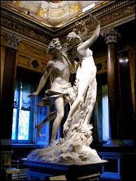"""À qui doit-on cette sculpture de marbre nommée """"Apollon et Daphné"""" ?"""