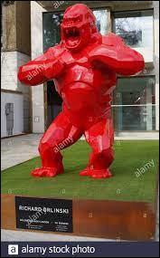 Qui a créé cette sculpture de couleur rouge représentant King Kong ?
