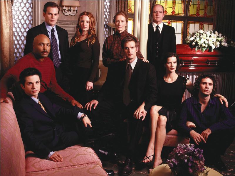 Dans quelle série chaque épisode commence par une mort et les services d'une entreprise de pompes funèbres ?