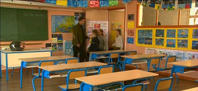 """Petit(e), qui n'a pas joué au jeu de la """"maîtresse ou du maître d'école"""" ? Cette scène est tirée d'une série, laquelle ?"""
