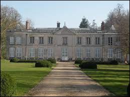 Nous sommes dans une allée, qui mène au château de Villotran. Commune Isarienne, elle se situe dans l'ex région ...