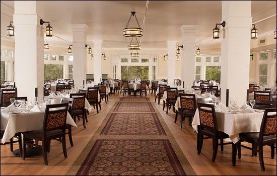 Quand vous entrez, vous arrivez dans cette salle. De quelle couleur sont les nappes de table ?