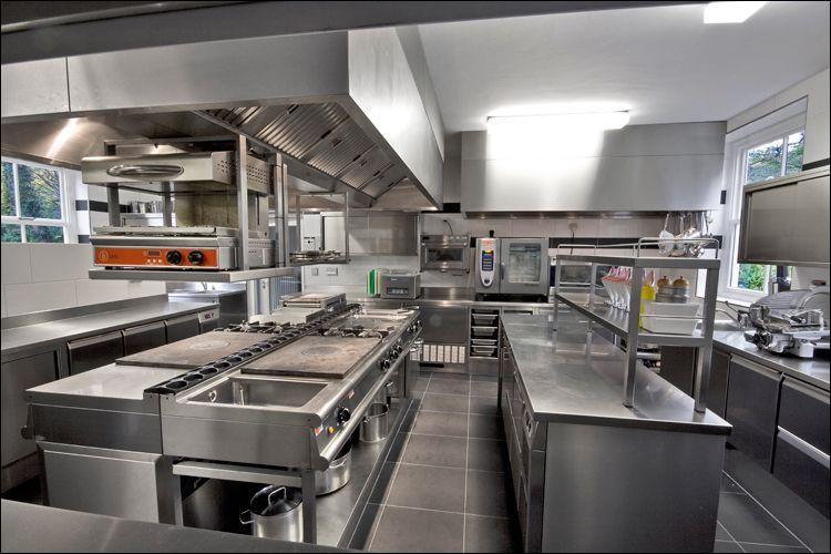 Voici la cuisine du restaurant. Quelle est la couleur du mobilier ?