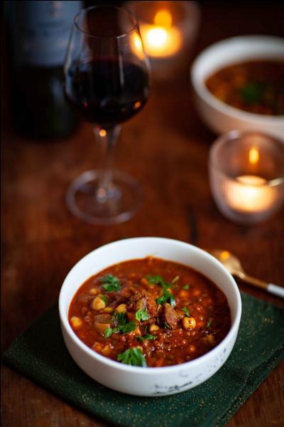 Maghreb : quel est ce plat maghrébin, composé de viande (généralement agneau), tomates, pois chiches, et différentes épices ?