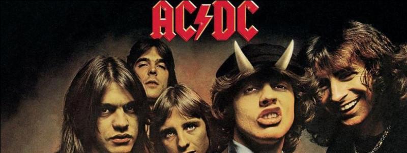 Quelle était la tenue de scène du guitariste du groupe AC/DC ?