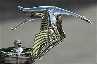 Quelle marque de voiture a adopté ce magnifique bouchon de radiateur en forme de cigogne vers 1919 ?