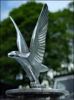 L'envol de l'aigle est l'emblème d'un constructeur anglais. Lequel ?