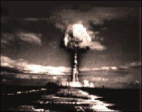 """Comment appelle-t-on le fait que les """"deux Grands"""" ne rentrent pas en guerre l'un contre l'autre, de peur d'utiliser la bombe atomique ?"""