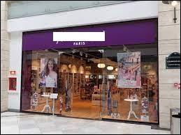 Quelle chaîne de parfumeries française possède un logo avec un fond violet ?