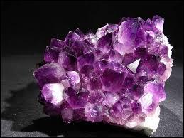 Quel est le nom de cette pierre fine de couleur violette ?